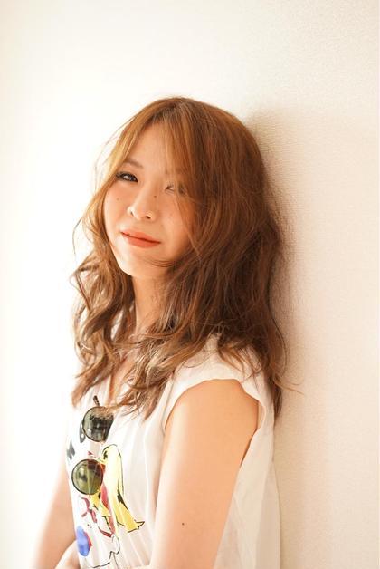 モデルさんの明るい雰囲気に合わせて 表面にハイライトを入れて 明るくして、 リップもオレンジ色にして、 太陽が似合うヘルシーなイメージに  ゆるーくアイロンで巻いてスタイリングをして、 夏フェスで遊んで ちょっと木陰で 休憩してる風の 女の子をイメージしました◎    ethica所属・ChikakoKoyamaのスタイル