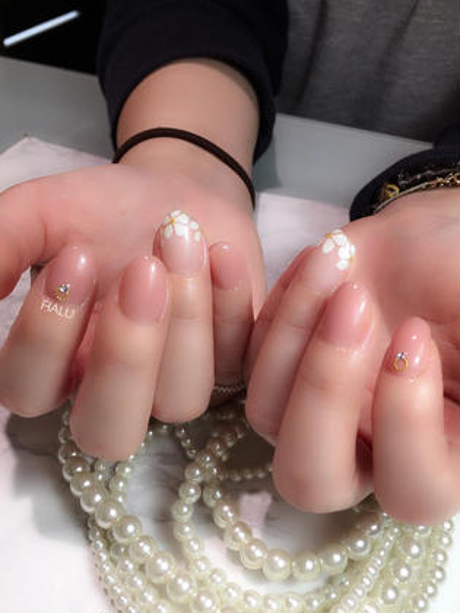 柔らかなピンクベージュのワンカラーにフラワーフレンチを取り入れた、大人可愛い指先です✨さり気ない指輪パーツも上品◎ HALUハルの