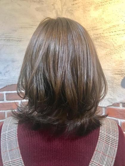 今一番オーダーの多い 外ハネ×レイヤーのくびれスタイル✨  肩にあたってはねるのが心配な方に特におすすめ! 無理に内巻きにするより楽にスタイリングできます!  コテが苦手な方もご安心ください! 簡単に巻ける方法をレクチャーさせて頂きます(^o^)  カラーはブラウンにバイオレットを混ぜることで ググッと透明感がアップ!  髪が綺麗に見えるカラーなので 季節問わずおすすめです✨ tocolaso柏所属・根本瑠実のスタイル