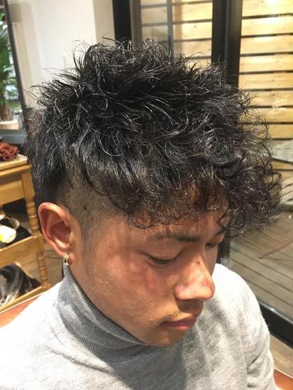 このスタイルは全体にパーマを当てていますが、前髪のみにスパイラルパーマをあてることにより普通とはまた違った印象を演出します!  バックは刈り上げ、前髪の方に重みを持ってきているのでとてもスタイリッシュなスタイルに仕上がります😏