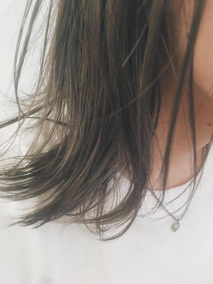 透明感あるハイライトカラー 鎖骨で揺れるロブスタイル  カラーに関してはハイライトを入れる際は 必ずブリーチをします! しかし心配しないでください 痛まないという発言は嘘になるかもしれませんが、 全てをブリーチするよりも断然ダメージは少ないです! それに自毛とミックスされることによってとても柔らかい透明感が出ます  透明感のある柔らかい髪色が好きです☆   カットに関しては顔周りは特に重要視しています 前髪を厚めにするのか薄めにするのか 広げるのか狭めるのか それだけで小顔にも見えるからです  そして、1番印象を変えれるからです  僕はそんな顔周りを作るのがとても好きです☆ Neolive  横浜西口店所属・サキハマコウヘイのスタイル