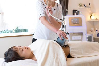 おなかのくびれも吸引ローラーとキャビテーションの痩身技術にお任せあれ。