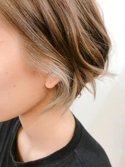 イヤリングカラー 耳周りにイヤリングカラーを入れることで 耳にかけたときのワンポイントに! とても可愛らしくおしゃれな印象になります! アローズソワン琴似店所属・菊地琢巳のスタイル