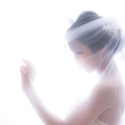 ブライダルフォト、結婚記念の写真撮影。式場では撮れない写真をスタジオで撮影。人生で最高に美しい『今』を写真に収めます。  マタニティの方もよく利用します。 産まれてからの姿ではなく今の姿を。 おなかにいる時の写真は今しか撮れません。 産後の海外挙式をお考えの方もまずは写真だけでも。 GRAND re-i(グランドレイ)杉並下井草所属・岡田心也のスタイル