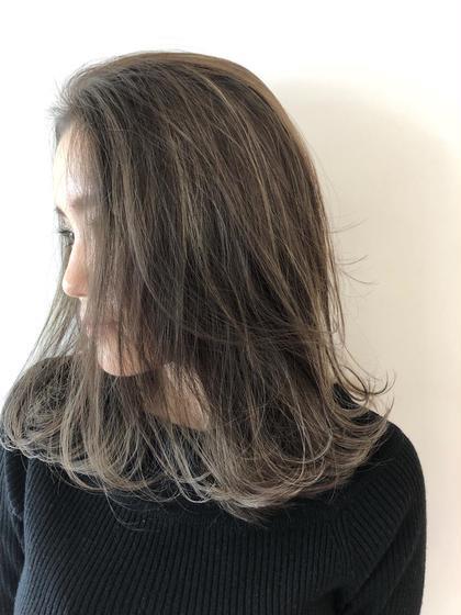 スーパーハイライトアッシュグレー* 梅田繁和のミディアムのヘアスタイル