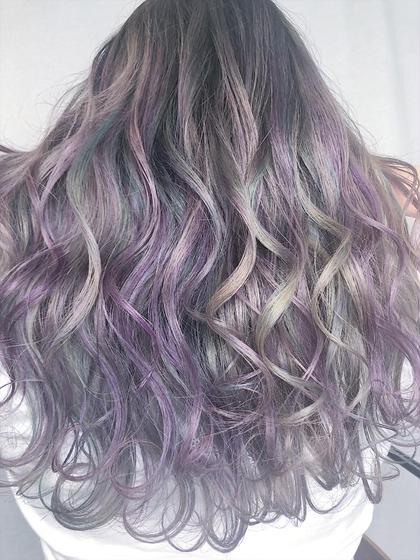ユニコーンカラー 白尾咲のセミロングのヘアスタイル