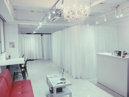 店内は白を基調としたラグジュアリーな空間✨   店内は広々としており、 オープンしたてのためとても綺麗です‼️✨  ホワイトニングラウンジ Happica 東通り店所属・Happica 東通り店のフォト