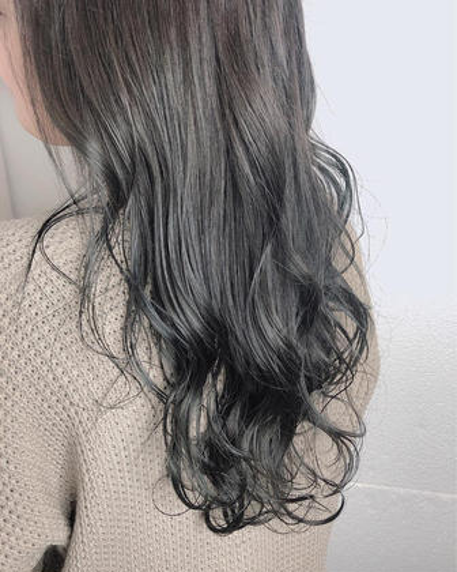 silver gray 🌼 ・ 暗めのシルバーとムラサキちょっぴり。 光に当たるとツヤツヤ~~~👏🏻 重く見えすぎないお洒落な暗髪✌︎💓 ・ (元のベースの色味によって明るさが変わってきます)