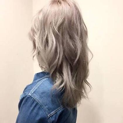 前頭ブリーチをもともとされていたので、明るめのアッシュでホワイトアッシュで外国人風カラーにさせていただきました Agu hair three所属・トップスタイリスト★英山大樹のスタイル