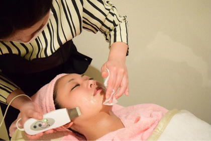 毛穴洗浄でお肌の大掃除‼️気になる小鼻やアゴもつるっつるピカピカでメイクのりもGOOD✨〈拡大お肌のキメチェックつき〉
