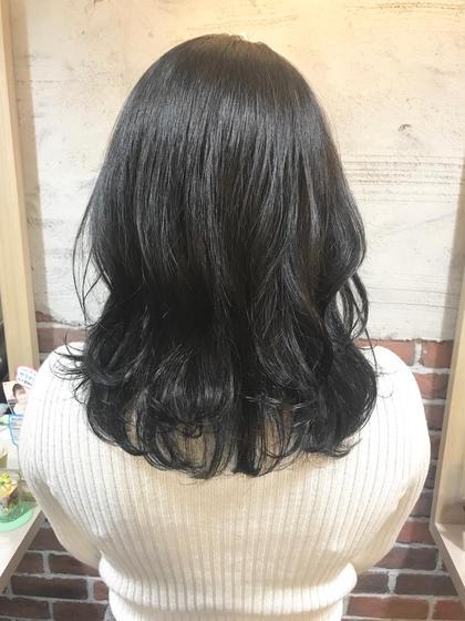 黒髪だと重く見えがちなロングも、 裾に段を入れて軽い印象に✨  カラーはできないけど軽く見せたい、 長さはあまり変えたくないけど印象を変えたい…  表面に段を入れて巻き方を変えるだけで ガラッと印象変わります(^o^) tocolaso柏所属・根本瑠実のスタイル