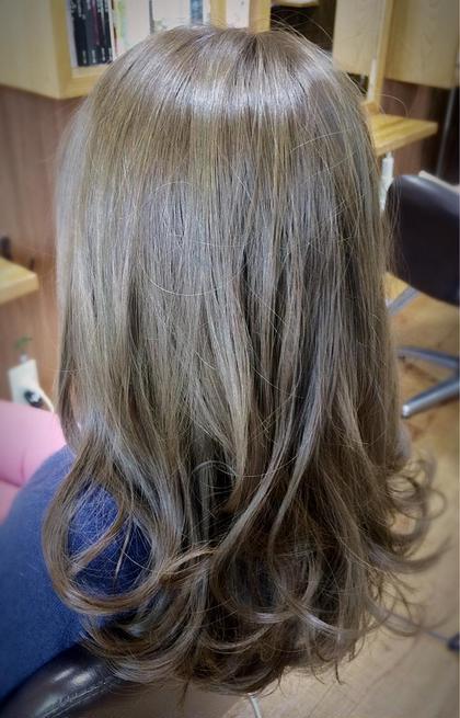 マットグレーで染めました。 赤味が気になる方、ブリーチしなくてもくすみ感が欲しい方などにオススメです。 Hair Design Clover所属・河本京一郎のスタイル