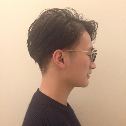 サイド〜襟足までをしっかり刈り上げて上から長い毛をかぶせることで短くしなくてもスッキリした印象&オシャレに! ジェルワックスを使ってパーマを活かしながら前髪をかきあげてスタイリングすることでオシャレ度UP◎ SERIO所属・ささきかなのスタイル