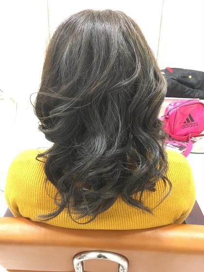 流行りのアッシュグレーになります! ブリーチ毛から綺麗に発色させた色になります! 美容室SOTTO所属・TAKAHASHIYUURIのスタイル