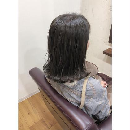 日本人特有な赤みをなくしてほどよいくすみ感があるグレージュカラー😊✨ . スタイリングは外ハネが可愛いですよ😍 Kotonahair所属・藤川茂樹のスタイル
