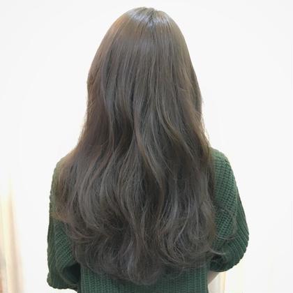外国人の地毛のような細かいハイライトを全体的に入れてブルーとグレーの色味でカラーしました。イメージモデルはリリーコリンズです☺︎ hairloungeego所属・了智のスタイル