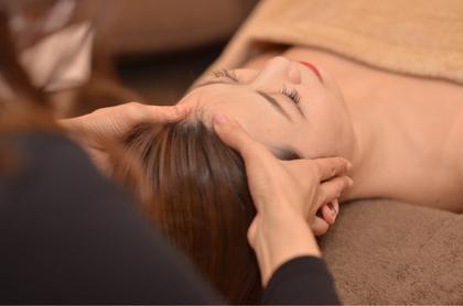【専門セラピストによるヘッドスパ】  顔や首のリンパの流れを良くして 頭部にあるたくさんのツボを押し 耳までほぐしてマッサージ❗️ 施術後はスッキリします✨ 肩こり 頭痛 眼精疲労の改善❗️ お顔のたるみ解消❤️リフトアップ効果も❤️