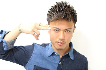 夏の定番ヘアー!! ツーブロックソフトモヒカン セットは全体的に前に流して前髪を上げるだけで完了とセットもしやすく人気です! Hair Salon REVE所属・森佑樹のスタイル