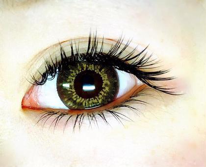 目頭から中央部分までは 長さを上げながらの Cカールで 目尻は Jカールで 数本ずつ長さを変えて 横長に見える様に 仕上げております。 別途 料金かかりますが 一緒に 下まつげ のマツエクも施術可能です。