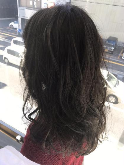 ベースの色は透明感のあるアッシュ系の色味にしてブリーチで抜いたハイライトの部分に色を重ね 更に透明感を出しました☺️❄️ Agu hair three所属・トップスタイリスト★英山大樹のスタイル