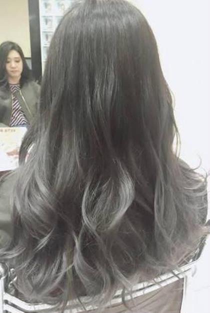外国人風グラデーションカラー( ´・ω・`) 根本は暗めのアッシュカラー毛先はスモーキーグレイ(՞ټ՞☝ Ursus hair Design 広島本通店所属・藤本淳一のスタイル