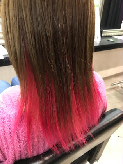カラー ロング トップの髪が短いので、上下にわけてインナー部分の長さがある所に原色のピンクをいれてあります! チラリと見せるインナーカラーもお洒落ですが、インナーカラーも使い方によってはグラデ風に見せる事もできます☆