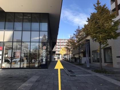 【道順1】 センター北駅2番出口を出て、駅前広場のプレミア(1階にドラッグストア)の右脇道を進んで下さい。