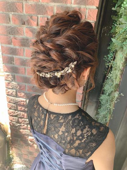 結婚式などに参加するときに必須のヘアセット! 大人気のアップスタイルです🥰