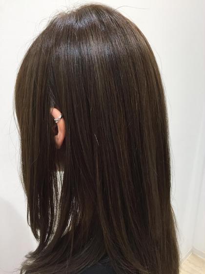 髪の毛のオレンジ味を抹殺するブルーベージュ。 トーン低めで落ち着いた色ですが、光に当たると透けるような軽やかさが出てきます。 仕事上、暗めじゃないといけない方にもオススメです。 TAYA所属・渡邉徹也のスタイル