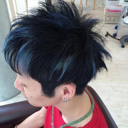 ブリーチしてある髪を黒染めして 元のブリーチ部分をホイルで残し そこに色を乗せたいつもと一味違う カラーに仕上げました。 Rad by cheri所属・大山貴弘のスタイル