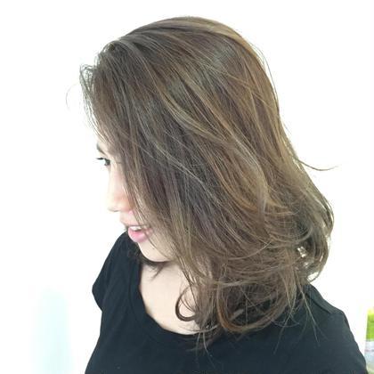 毛先のみ暗くなって失敗されてしまったというこどでお直しで来てくれました。  今回は毛先のみブリーチをして、全体はアッシュ系で仕上げました。 ナチュラルなグラデーションカラーなので根元が伸びてきたときも安心です。  加工無し kind所属・yoneyoneのスタイル