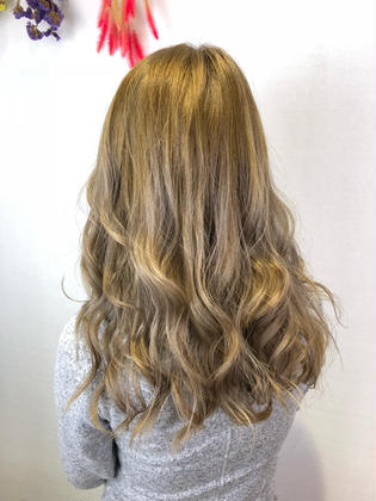 明るめのハイトーンもお任せください! 元々ブリーチを繰り返ししている髪の毛から 黄色味を取り除いた綺麗な色に仕上がってます! NYNY守口店所属・廣畑昌志のスタイル
