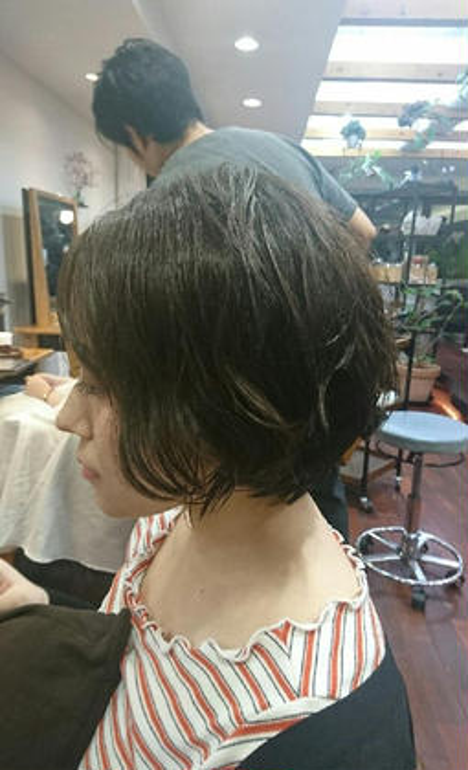 耳まわりが重みがあってショートすぎないボブ風だからショートにチャレンジしやすいスタイルです! お癖ある方は、癖をいかしてやわらかいスタイリングにできますよ! 直毛や、軟毛の方はパーマをかけるとでやわらかい質感に仕上がります!