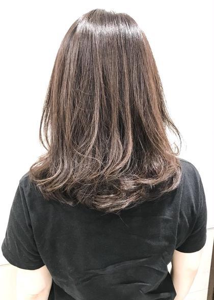 髪の毛に良くないのは日頃の自然乾燥だったりさまざまですが、ダメージの少ないものでもアルカリ剤なので髪の毛が良いとされる、弱酸性のカラーでお客様のダメージを最小限に仕上げています。何かあればスタッフにご相談ください。 富山剛志のセミロングのヘアスタイル