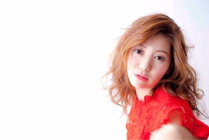春夏らしい明るめのハイライツカラーで雰囲気を出し、柔らかなウェーブスタイルで女らしく朝も簡単スタイリング。セミロングなので、アレンジもすぐできます。アレンジした裏側にもカラーの効果がありオシャレです。 前髪は長めに残す事で女性感を演出。  AdmiralbHairDesignアドミラルべー所属・アドミラルYoshioのスタイル