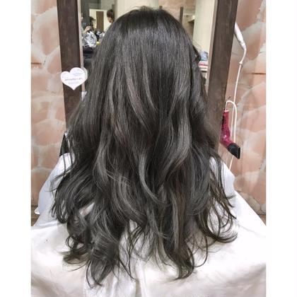 今流行りの【イルミナカラー】です。 こちらの色はブリーチをしてからの色になっています。 いつも髪色赤みが気になっているお客様には最適のメニューになっています  Lee天神橋所属・海金修平のスタイル