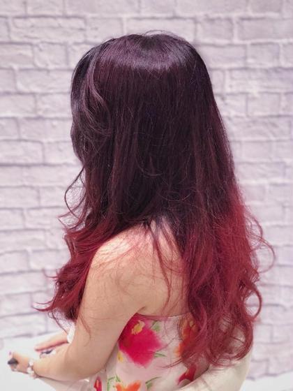 全体をブリーチしてからの、ベリー系ピンクと赤系のグラデーション クアトロ戸塚立場店所属・増田龍太のスタイル