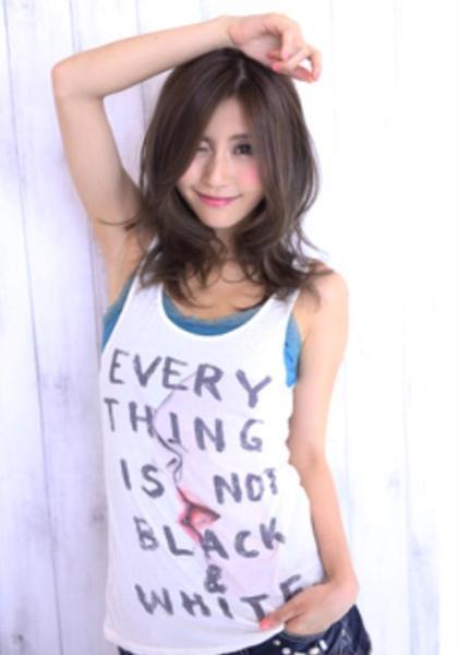 今年の春夏流行りのモノトーンカラー! 暗いだけでなくその中にもツヤ感、透け感じるを感じるカラー♪  bolge所属・松村幸子のスタイル