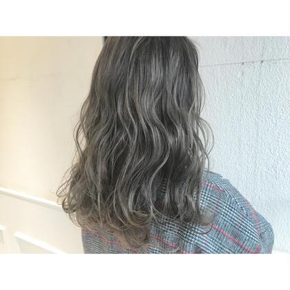 シルバーグレーのダブルカラー。 Musiiikhairのロングのヘアスタイル