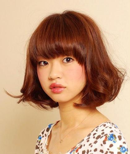 パーソナルカラー診断による autumnタイプの方マロンブラウンのヘアカラーです。  オータムタイプの方は大人っぽい印象で、強さと落ち着きを兼ね備えた雰囲気を持っています。頬の赤みは少なく、つるりと滑らかな肌、深みのあるダークブラウンの瞳は優しくてソフトな印象です。 Grace Avenue所属・KeisukeHarakiのスタイル