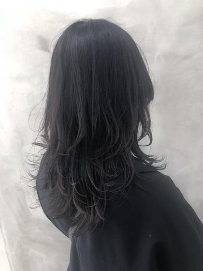 ロングさんにオススメのハイレイヤーウルフ✨ 顔まわりをぱつっと太めに切り込んでマッシュラインで個性を出したロングレイヤーウルフで おしゃれ感抜群に💜  レングスを変えたくない方、伸ばしたいけど雰囲気を変えたい方にオススメのミディアムレイヤー‼️  カラーはブリーチ毛のベースにイルミナカラーのシャドウ系ネイビーブラウンで自然な黒に。  #ケアブリーチ #イルミナカラー #ハイライト #バレイヤージュ #ダブルカラー #レイヤーウルフ #ウルフカット #ミディアムウルフ #マッシュウルフ YORKYUKOの