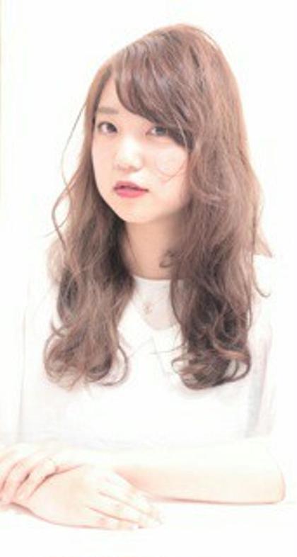 可愛さの中に、クールな毛先の動きを 出した進化系ロングスタイル 美容室ZEENイースト店所属・奥村妙子のスタイル