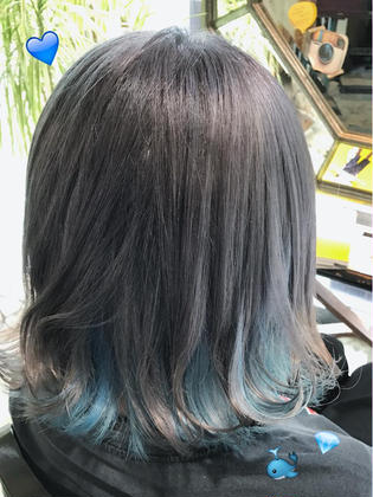ホワイトシルバー ✖️ 水色 ♡  インナーカラー  ※ブリーチ必須です。 荻野稚菜のミディアムのヘアスタイル