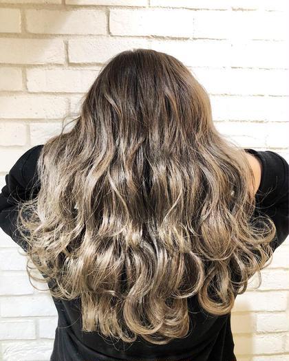 カラー ロング グレージュグラデーション!! ハイライトで作るグラデーションカラー✨ お客様の理想のヘアスタイルを、本気で一緒に考えて創り上げていきます✨✨. . 僕のお客様は、髪の赤みが原因で、理想の髪色にならずに悩まれてる方がほとんどです‼️. . 今までの美容室に満足してない方‼️. 是非僕にご相談ください✨. . 今までの美容室史上、最高の髪色にして可愛く綺麗することを約束します…❤️. . 赤みゼロの外国人のような柔らかいカラーでイメチェンしましょう✨♂️.