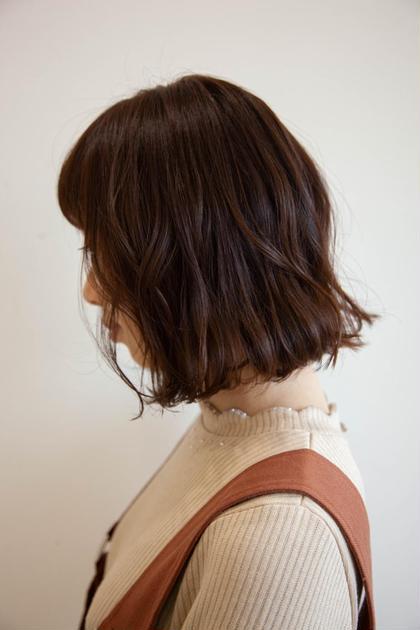 もともとのウェーブを生かしてアクセントのある無操作感あるワンレンのボブに。 PERS hair design 大倉山店所属・三國祐美のスタイル