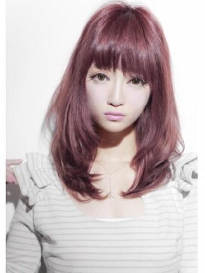 ビビッドなピンクカラー シェリーオフィシャルのロングのヘアスタイル