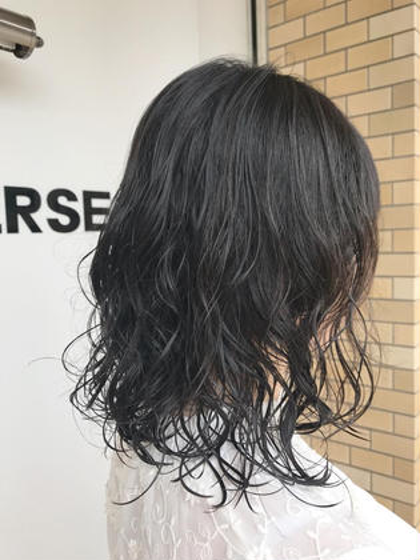 パーマ コスメパーマは髪のダメージを最小限に抑えて、潤いのあるプルンとしたカール感が出ます(^ ^)  家でも簡単にパーマスタイルを楽しんで頂けます!  スタイリングがとても簡単なので忙しい朝は時短になります♪