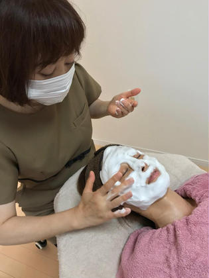 """ヒト幹細胞培養液配合、ホイップ洗顔ーうるおいとハリ感にこだわり、上質な美容成分をたっぷり配合した""""美容液で洗う""""をコンセプトにした弾力のある濃密でクリーミーなホイップ状の洗顔と最高級ダマスクローズの香りに癒されます。 トータルビューティーサロン Marble所属・川村千鶴のフォト"""
