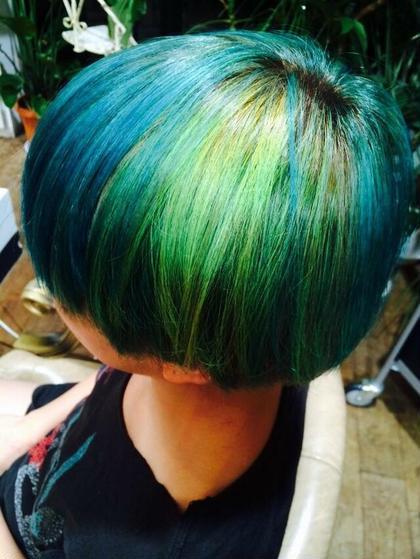 ブルー×ライムグリーン×イエローで奇抜カラー! attic所属・すぎもとまりなのスタイル