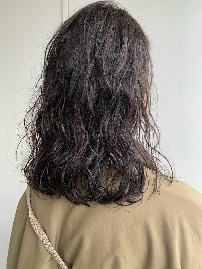 パーマ リアルパーマスタイル! オラプレックスを使用したダメージレスなゆるパーマスタイル!なるべくコテで巻いた質感に近いような大きめウェーブでオシャレ度up! カラーは6トーンのグレー系のカラーで自然な暗髪に。